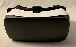 GEAR VR VIRTUAL REALITY POWERED BY OCULUS SAMSUNG WHITE AND BLACK COLORED