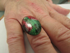 A MULTI-COLOURED PICTURE GLASS CABACHON ADJUSTABLE RING.   (47)