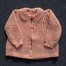 Authentique vintage gilet rose Bébé tricoté ou vêtement de poupée France -