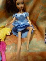 lot barbie, articulée ,robe bleue et son ensemble sport (ciré   jaune )