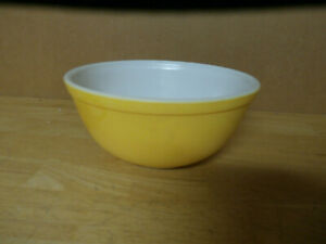 VINTAGE PYREX YELLOW  NESTING  MIXING BOWL # 403 (2 1/2 QT ) VERY GOOD CONDITION