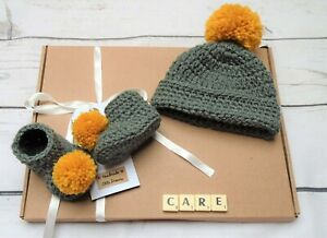 Baby gift set, Baby shower gift, Pompom hat and booties, handmade shoes hat set