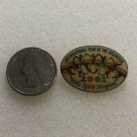 2001 Holy Spirit Hospital International Year Of The Volunteer Pin Pinback #36799
