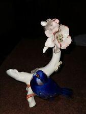 Vogel an Rosenzweig, Porzellan, Ens Blaue Marke, ein Blatt bestossen, Vogel...