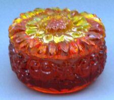 Dose, geformt, in Rot. Motiv Blume – AE 513