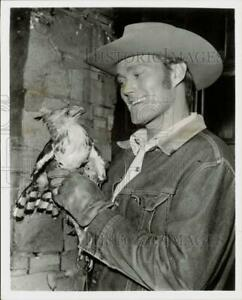 1959 Press Photo Actor Chuck Connors holding bird of prey - hpp12955