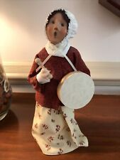 Byers' Choice 2004 Exclusive Williamsburg Woman with Drum