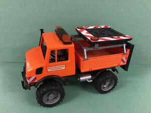 Bruder Unimog Baufahrzeug mit Fahrspuranzeige,elektronisch über Batterie,