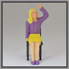 Dingler Handbemalte Figur Polyresin Spur 1 Frau sitzend, lila Bluse (100207-02)