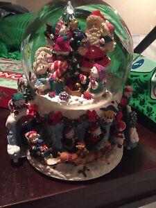 KIRKLAND MUSICAL WATER SNOW GLOBE  Santa & Snowmen 150MMM D Glass Ball Sankyo