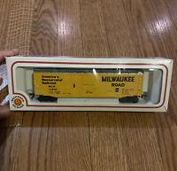 Bachmann HO Scale Milwaukee Road 50' 2 Plug Door Box Car MILW 56500 New!
