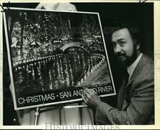 1983 Press Photo Thom Ricks, artist, signs river lights poster in San Antonio
