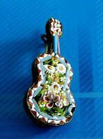 #2527# Vintage Joli insigne BROCHE en porcelaine: Guitare / Fleurs / signée LL