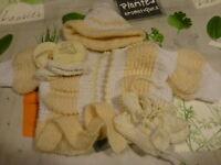 lot=gants,chaussons  bonnet  gilet  tricotés mamie = 4piéces neuves poupon bébé