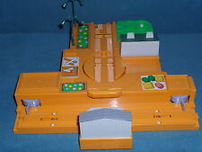 TOMY TRACK THOMAS THE TRAIN LIMITED 2002 GULLANE DISPLAY TOY & 2 STREET LIGHTS