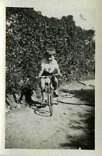 PHOTO ANCIENNE - VINTAGE SNAPSHOT - GARÇON VÉLO ROULETTES - CHILD BIKE BICYCLE