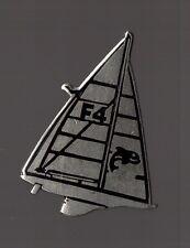 Pin's bateau / voilier F4 (yamaha) EGF Argenté signé Corner