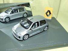 RENAULT CLIO V6 24V Présenation Mondiale de L'auto 1998 Gris UNIVERSAL HOBBIES