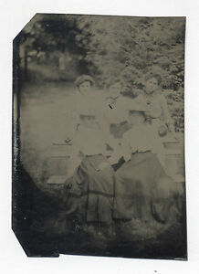 1880's-1890's TINTYPE PHOTO: 5 ATTRACTIVE YOUNG WOMEN BY A PARK BENCH WITH TREES