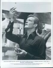 1979 Press Photo James Bond Roger Moore Examines Vial Moonraker 1970s
