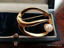VINTAGE ELEGANT OPEN SWIRL DESIGN SET SIMULATED PEARL SHINY GOLD PLATED BROOCH