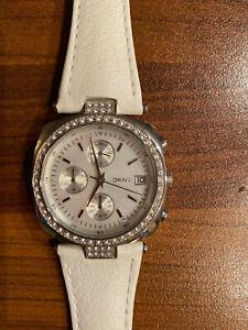 DKNY Damenuhr (NY4909) • Damenuhr mit Strassteinen - Weißes Armband • Guter ZS
