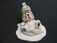 Bearded Collie Figur beim Rutschen im Schnee braun-weißer Beardie
