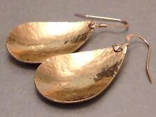 Lágrima de cobre martillado Hermoso oro pendientes en oro de 14 CT &