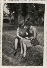 PHOTO ANCIENNE - VINTAGE SNAPSHOT - FEMME MODE AMITIÉ COMPLICITÉ - WOMAN FASHION