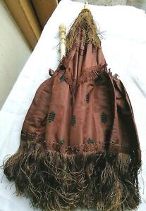 Ombrelle ancienne en soie a motifs,manche et pommeau sculptés, bague hiéroglyphe