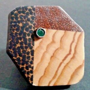 Anillo de madera con esmeralda natural