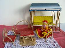 Puppenhaus Garten Möbel Schaukel Hollywoodschaukel mit Puppe Kleeblatt 50er J.