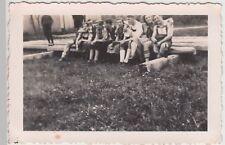 (F17281) Orig. Foto Personen sitzen a. Holzbalken, Weg z. Ruine Leonrod 1938