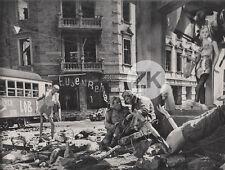MANNEQUINS Guerre urbaine WW2 Film RUSSE Décor surréaliste VILLE Photo 1961