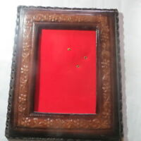 Cadre en cuir sur fond rouge – état impeccable -  POIDS : 484 g LARGEUR : 28,1 c