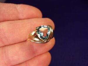 BEAUTIFUL NEAR MINT 10K YELLOW GOLD & TRILLION CUT DEEP BLUE TOPAZ GEMSTONE RING