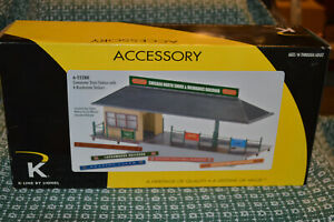 K-Line by Lionel 6-22288 Commuter Train Station w/ 6 Roadname Signs...NIB