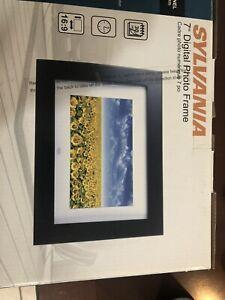 "Sylvania 7"" Digital Photo Frame New in Box SDPF751 LED Panel 16:9 Aspect Ratio"
