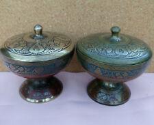 Belle paire de Antique, indian/Kashmiri laiton/Rouge & Bleu Émail Couvercle Pots.
