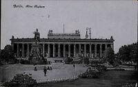 Berlin s/w Ansichtskarte 1918 gelaufen Partie am alten Museum Denkmal Personen