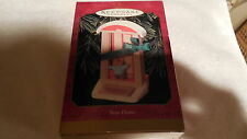 NIB HALLMARK XMAS ORNAMENT NEW HOME MOUSE IN FRONT OF DOOR DATED 1999