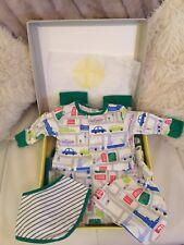 Baby Boy Boden CAR TRANSPORT Set di 0-3 mesi Cappello Pagliaccetto Bavaglino Coperta reversibile