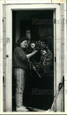 1989 Press Photo Karen Brennan Places Christmas Wreath at Home in Auburn