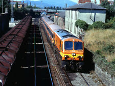 PHOTO  1995 IRISH RAIL 201 CLASS LOCO 210 LEAVING DUNDALK AN IRISH RAIL 201 CLAS