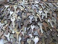 LOT OF 30  ANTIQUE AND VINTAGE   KEYS     OLD LOCK,PADLOCK,TRUNK...