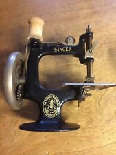 VINTAGE SINGER SEWING MACHINE MINI CRANK CHILD'S TOY SALESMAN SAMPLE COLLECTIBLE