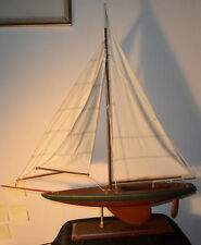 Maquette en bois d'un grand bateau à 3 voiles. Sur socle.