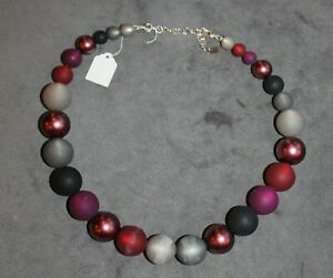 Adi-Modeschmuck ; Schwarz mit beerenfarbenen Perlen; klassische Kette 2197; neu