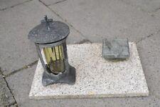 Alte Grablampe und Weihwasser Kessel Becken Auf Steinplatte