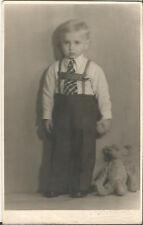 Kind mit Spielzeug, Junge mit Teddy-Bär, Foto-Ak um 1930 aus Crimmitschau